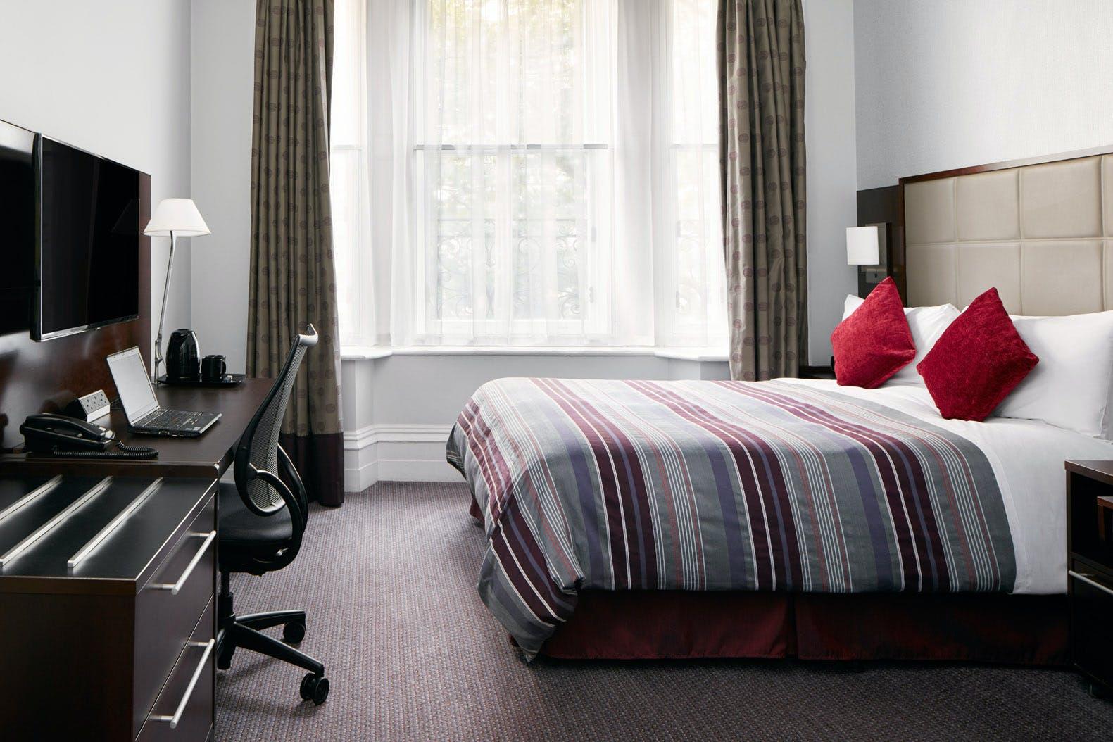 Deluxe Hotel Room Trafalgar Square London